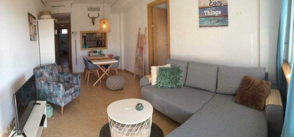 Gezellige woonkamer van alle gemakken voorzien. Alles nieuw!