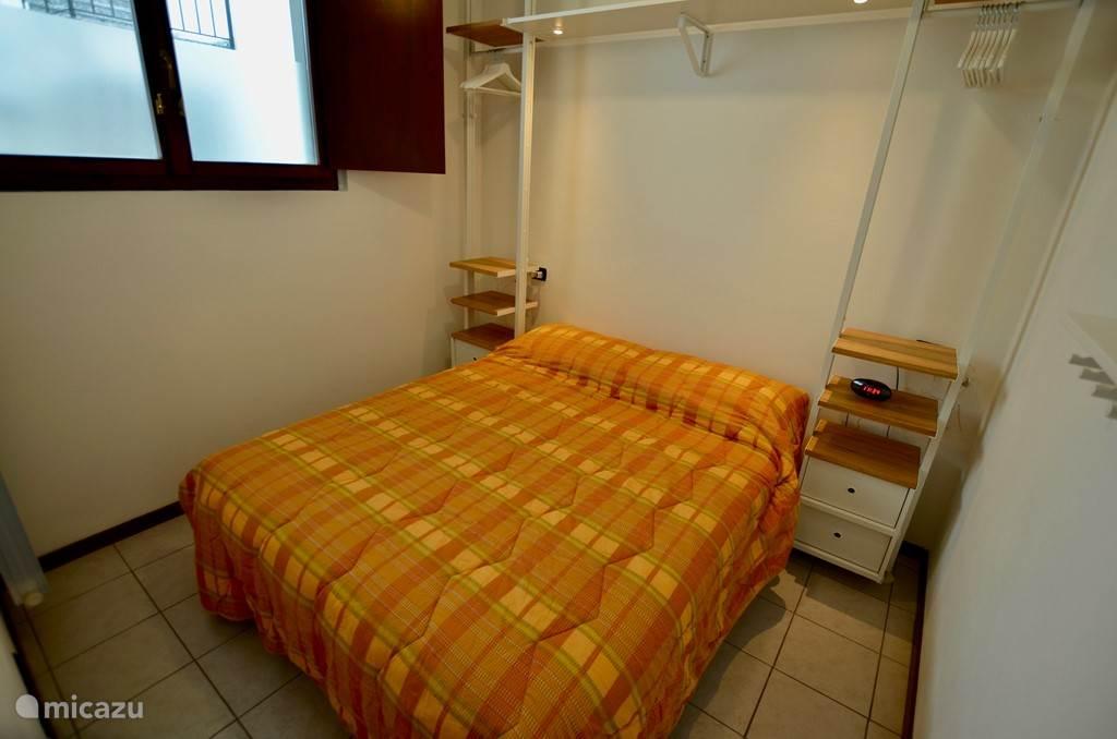 2-persoonsslaapkamer met open kastruimte