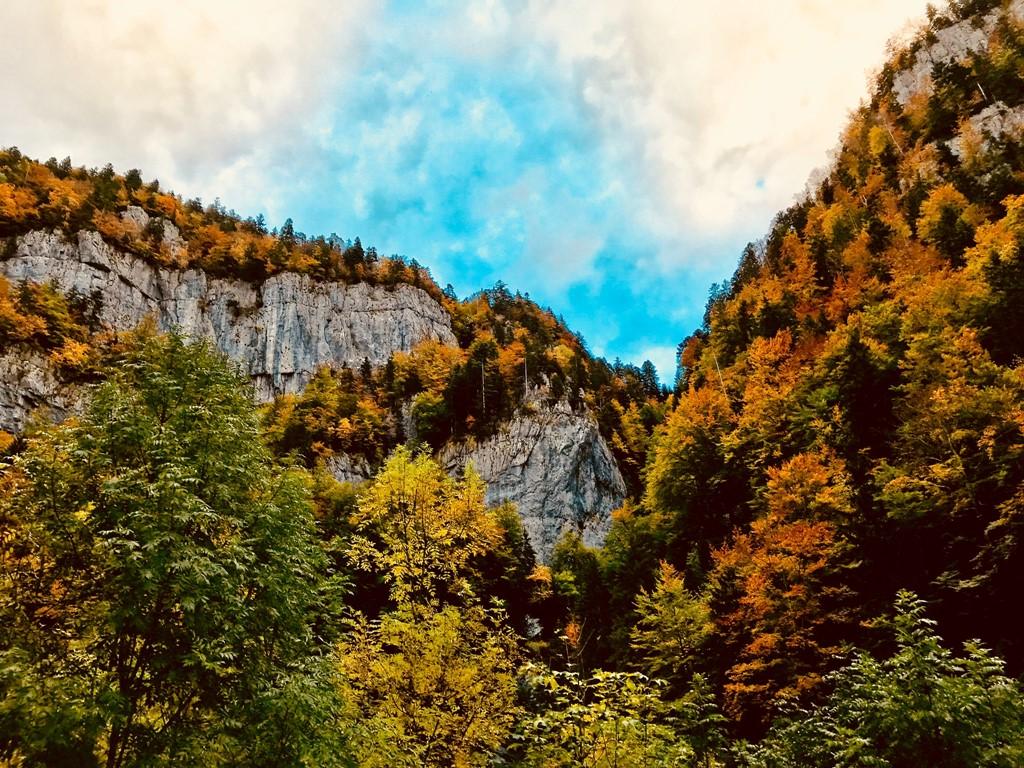 Momenteel fantastisch herfstkleuren in de Franse Alpen voor een 'sympa' laagseizoenstarief in het adembenemende Parc Naturel Régional du Vercors.