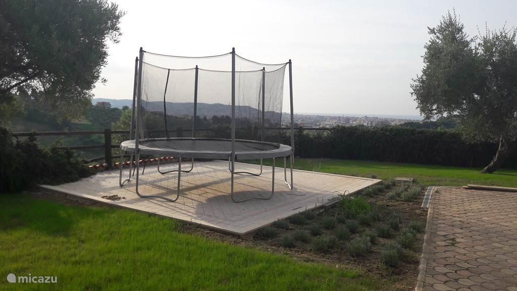 Trampoline (die hier op het terras staat). Terras is ook beschikbaar voor eettafel/stoelen of lounge set, dan zetten we de trampoline in de olijfgaard die onder de tuin gelegen is.