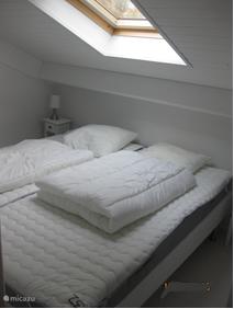 Slaapkamer 1 met dubbele boxspring en ladekast