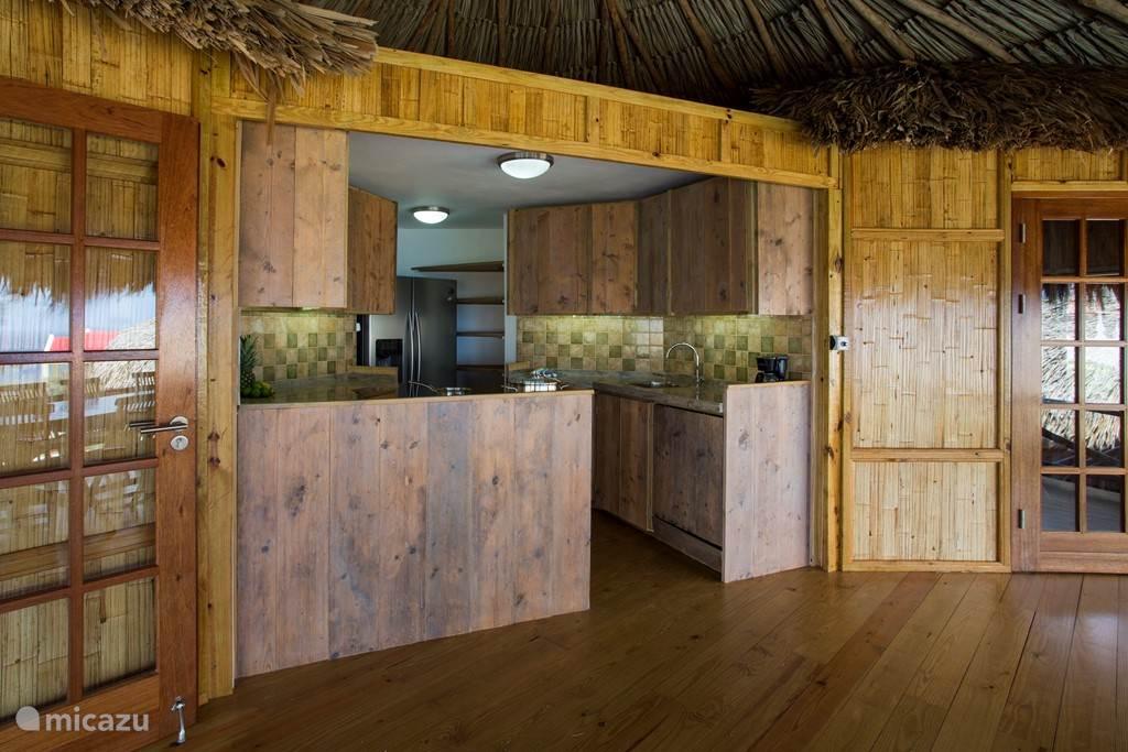 De open keuken die afsluitbaar is met een rolgordijn.