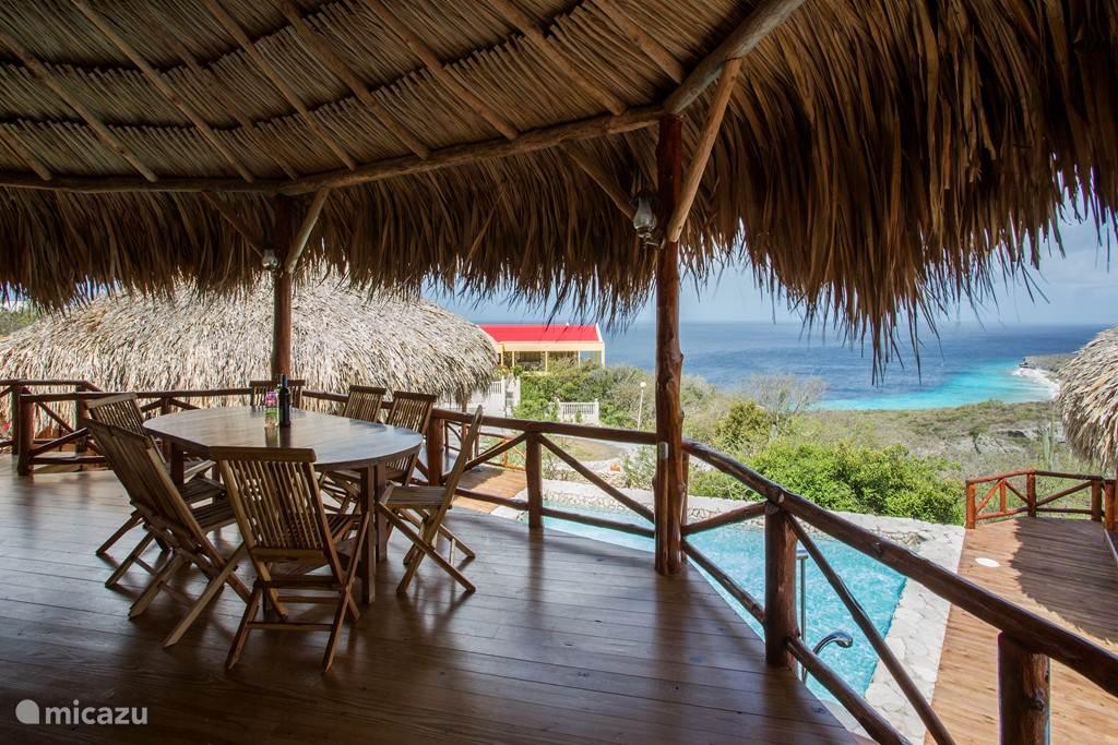 Eetgedeelte porch grote palapa met uitzicht over de zee.
