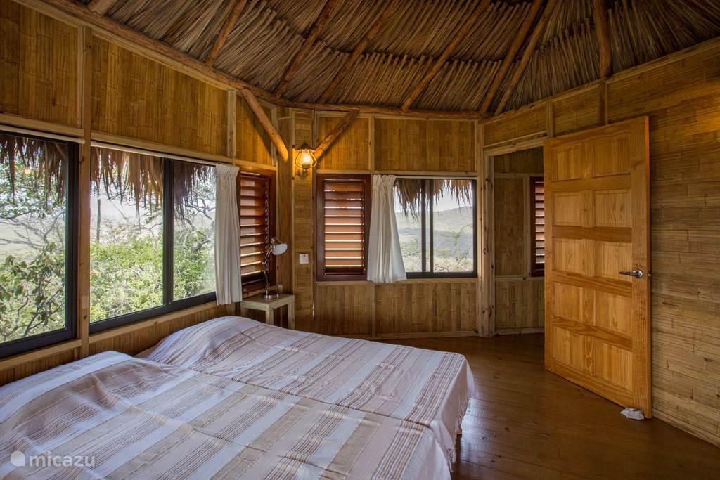 Twee persoons slaapkamer in zowel de westzijde als oostzijde palapa met plafond fan en gedeelde badkamer.