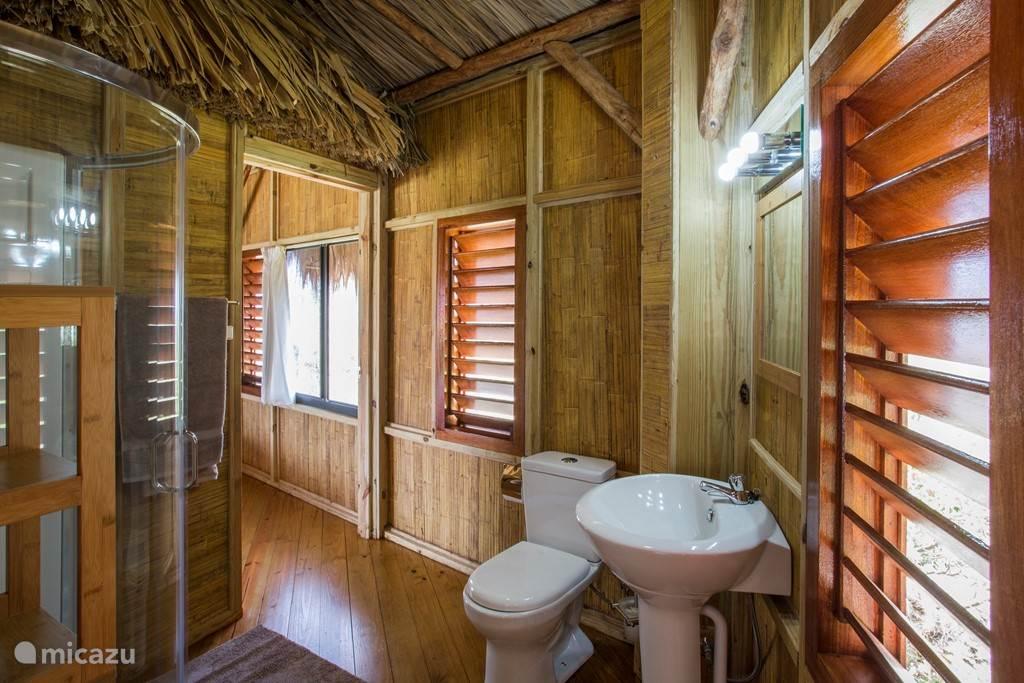 Gedeelde badkamer in zowel de westzijde als oostzijde palapa.