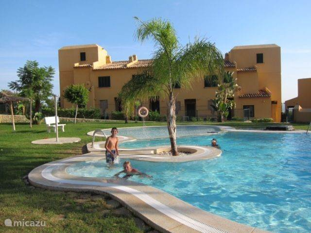 Zwembad met babygedeelte. Het laatste huis aan de linkerkant is uw accommodatie.
