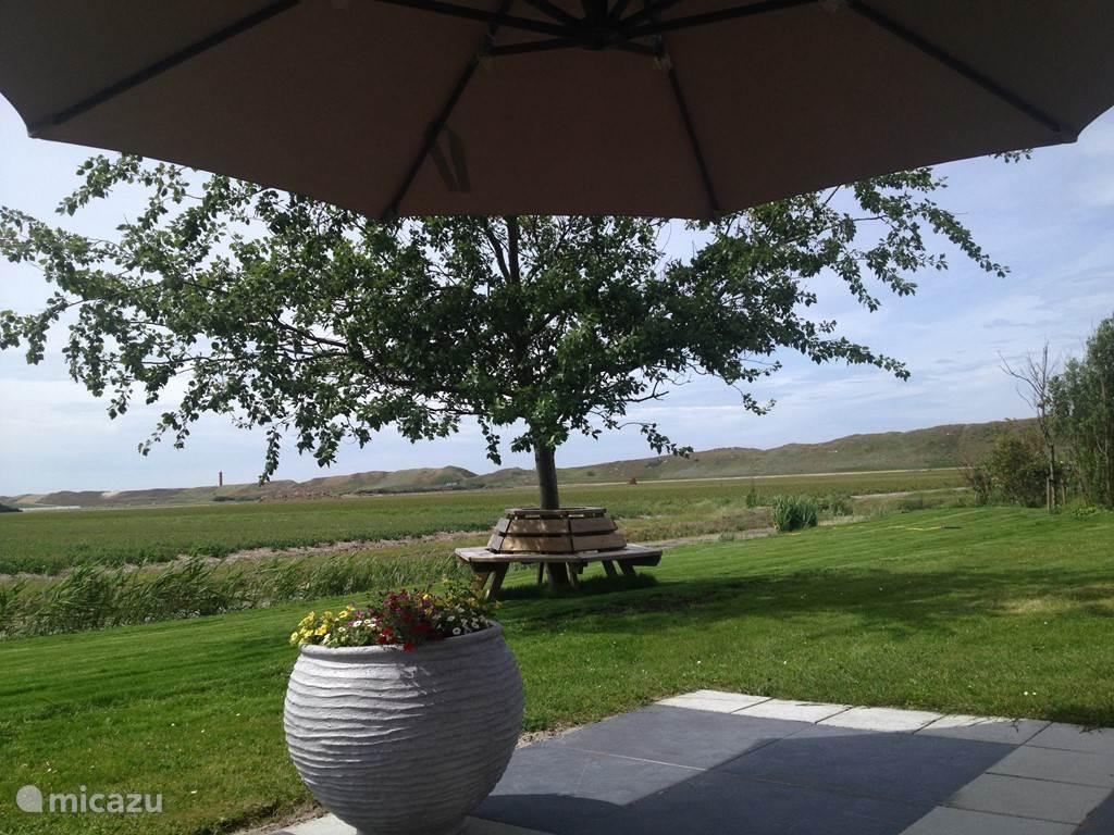 Uitzicht op tuin vanuit terras