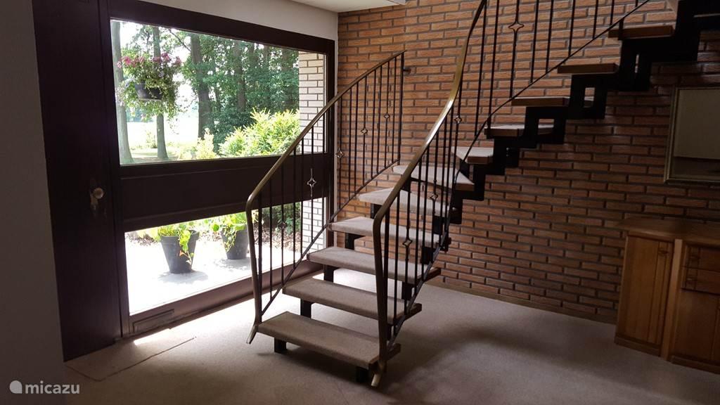Entree, hall naar bovenverdieping