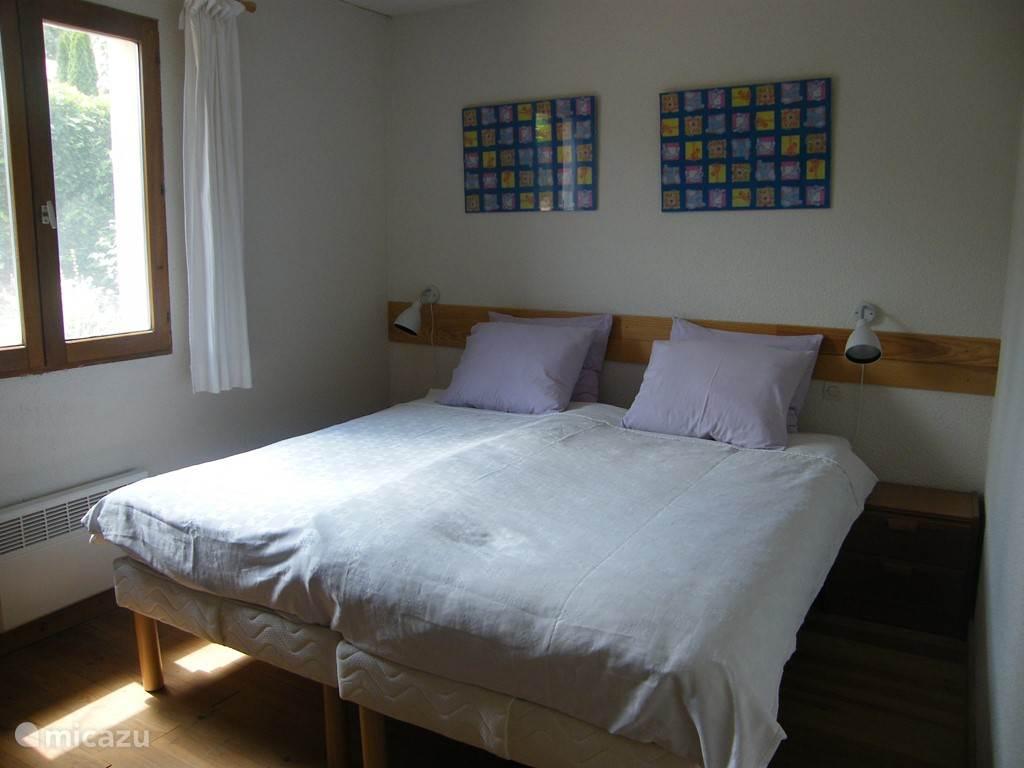 slaapkamer met 2 1-persoonsbedden
