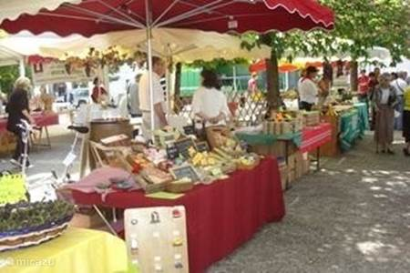 Markt op zondagochtend in Cazals