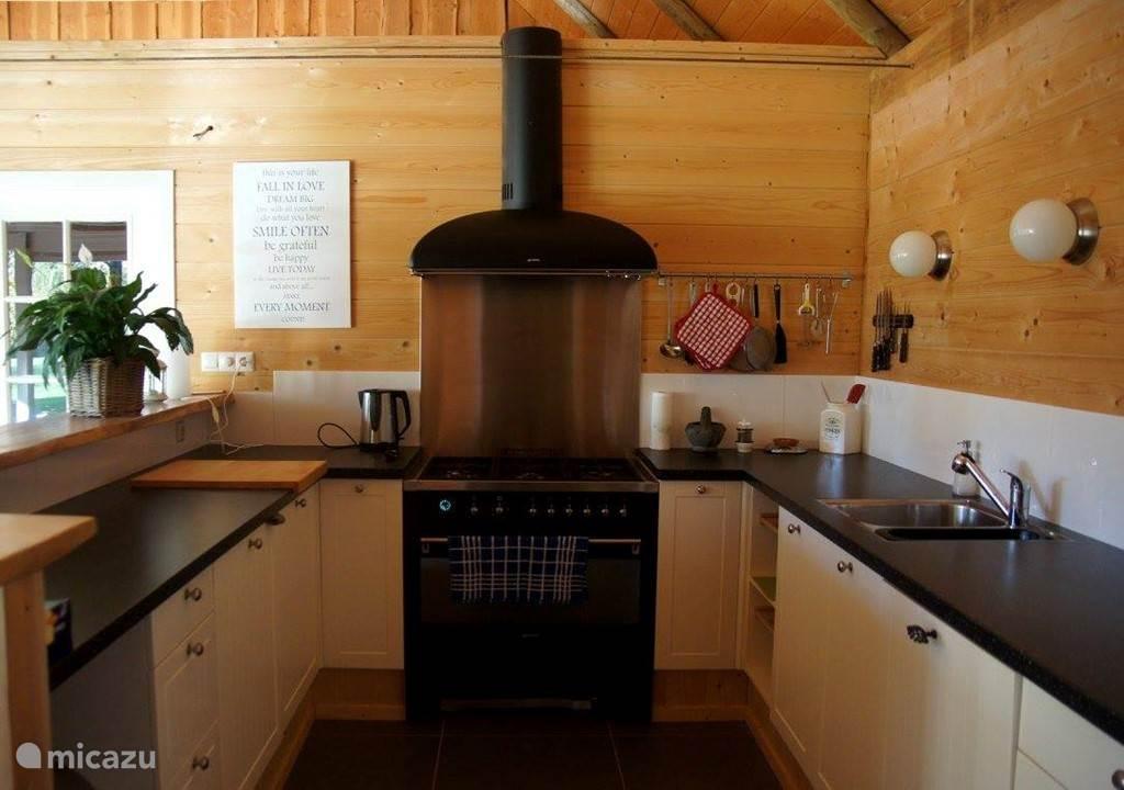 Ruime complete keuken met vaatwasser en 6 pits fornuis