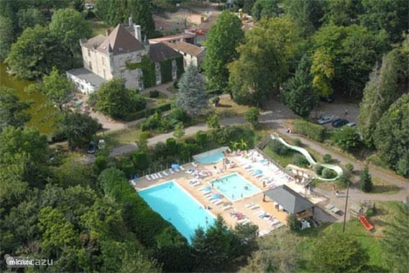 Het chateau en voorzieningen vanuit de lucht