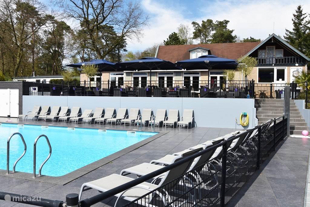 Restaurant met zwembaden.