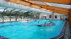 Overdekte zwembad, kan bij mooi weer open door middel van schuif deur en dak. Water 110 tot 140 cm diep met waterglijbaan 50 m met led gekleurde ledverlichting