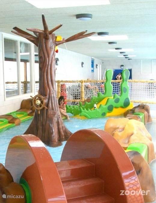 Kinderbad overdekt, water 25 diep.