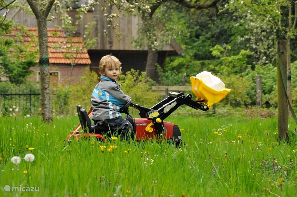 Er is divers kinderspeelgoed voor buiten zoals een loopfietsje, loopauto's, traptractor, fietsje etc.