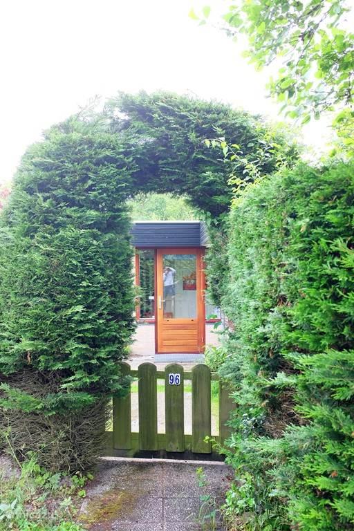 Een bungalow met een mooie tuin rondom.