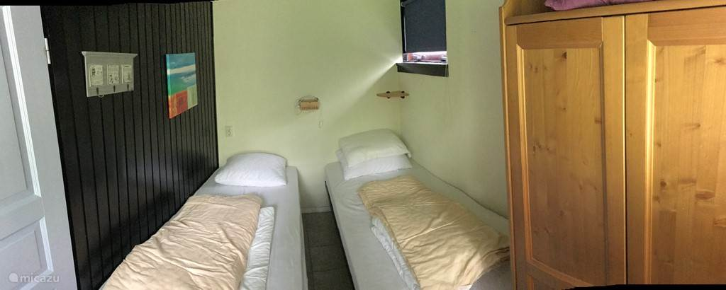 Slaapkamer met 2 eenpersoonsbedden en kledingkast