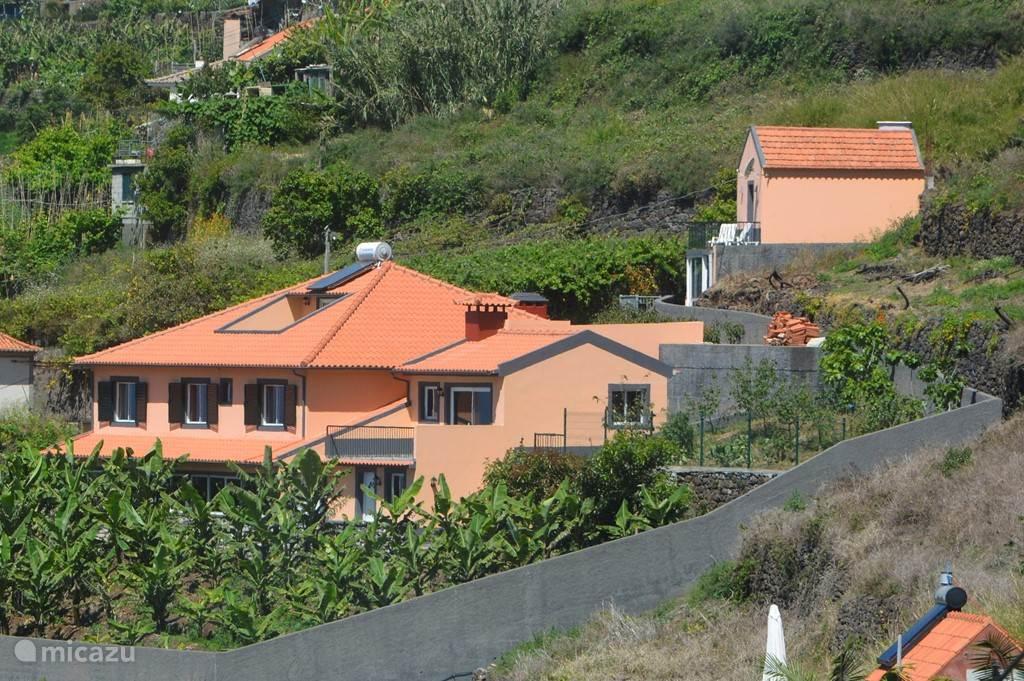 Casa Jardin  aan de zuid(zonnige)kant van Madeira in het plaatsje Arco da Calheta.Met een schitterend uitzicht op de Atlantische oceaan....een heerlijk ontbijt en in de ochtend...een kopje koffie en tijdens de sunset een drankje...dit is toch genieten.