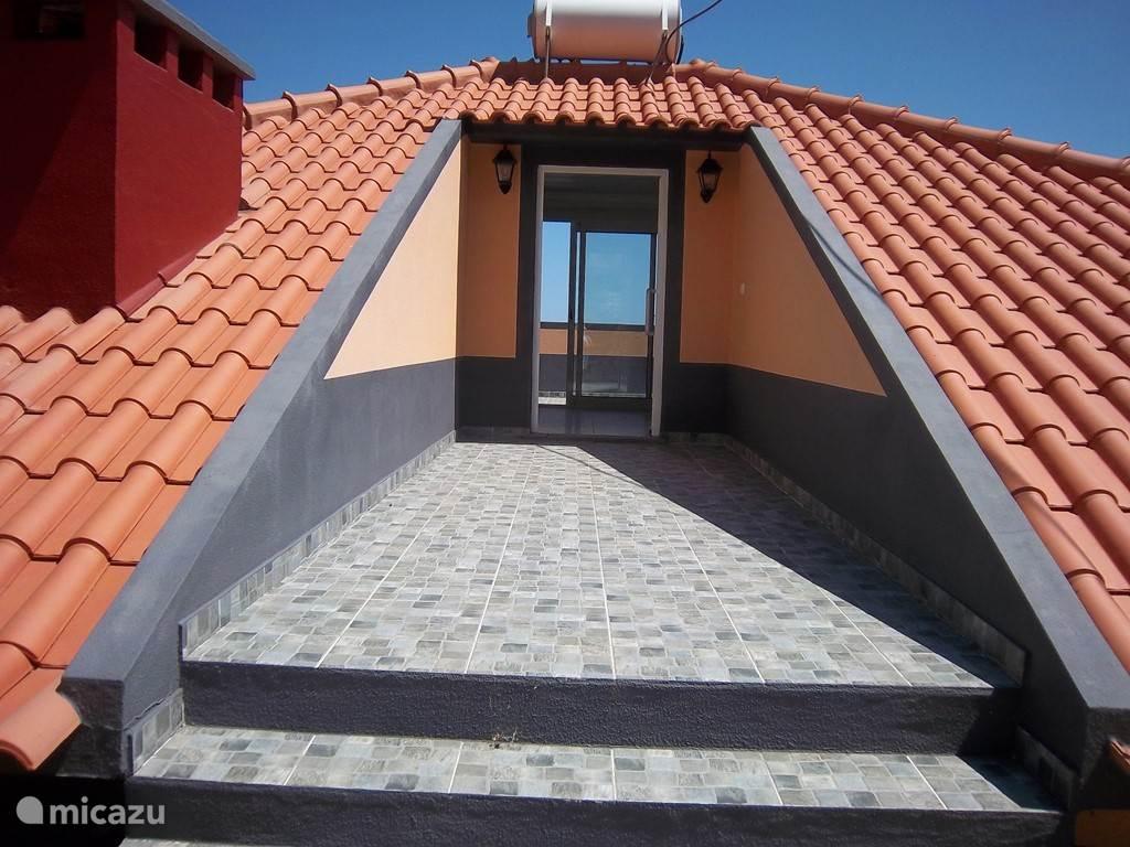 Ingang van het appartement boven in het dak van de villa. Dit kleine appartement is voor 2 personen met een eigen ingang  en prive terras.