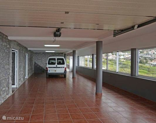 Genoeg parkeer ruimte zowel binnen als buiten in de garage van Casa Jardin