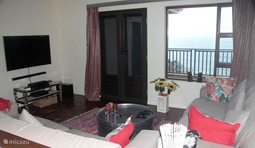 Tv kamer met openslaande deuren naar balkon