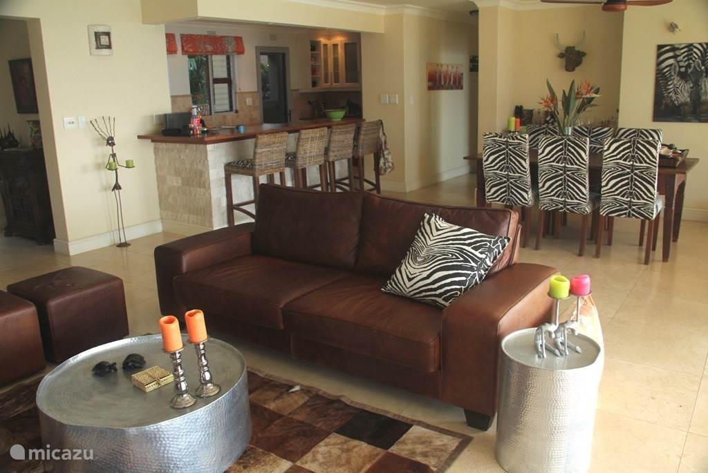 Kamer met eettafel, bar en open keuken