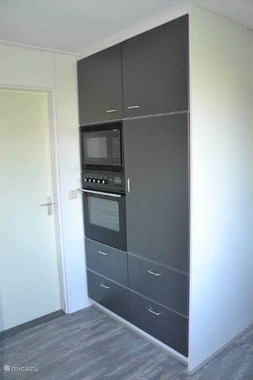 Keuken. Veel opbergruimte, magnetron en oven.