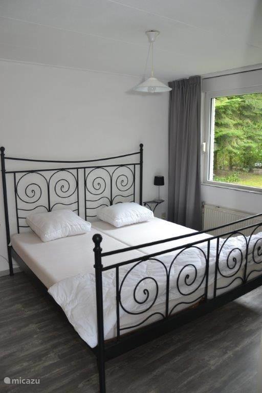 Slaapkamer 1 Ruime slaapkamer met 2 persoons bed op benedenverdieping.