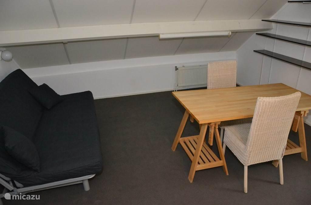 Overloop / Slaapkamer 3. Ruime overloop met luxe slaapbank voor 2 personen.