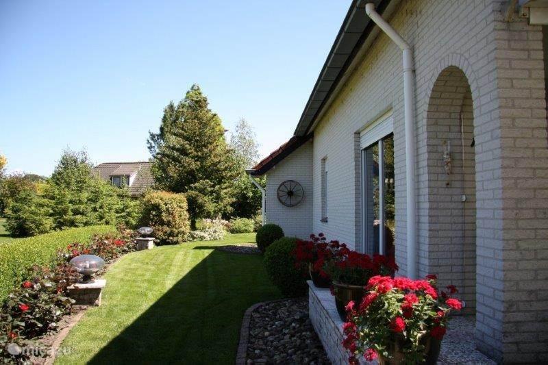 Tuin zijkant. Mooie tuin aan de zijkant van de woning.
