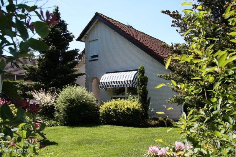 Voorzijde. Tuin aan de voorzijde van het huis (raam van de keuken)