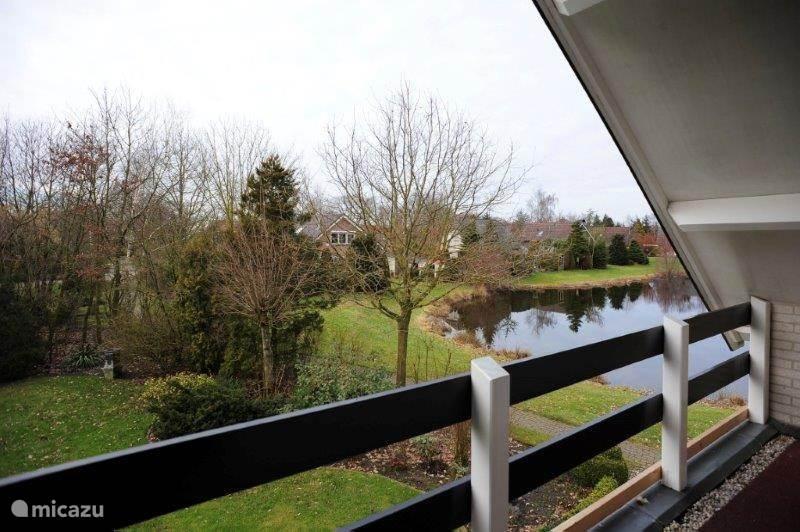 Balkon. Ruim uitzicht over het park en de vijver