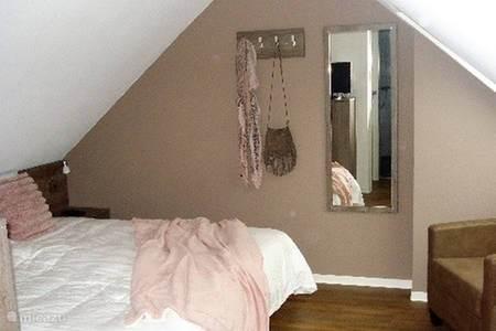 Ruime aparte slaapkamer met eigen badkamer