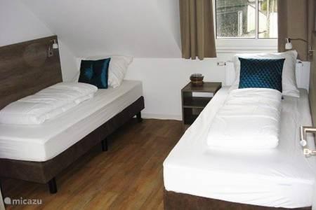 Ruime (kinder) slaapkamer met twee aparte bedden (kunnen ook tegen elkaar)