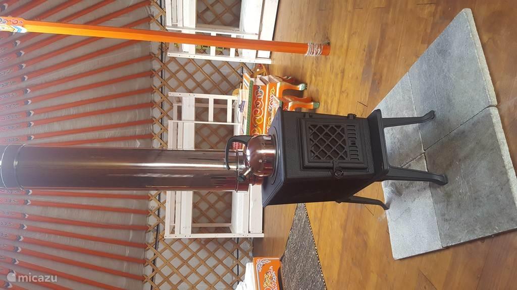 Gezellig houtkachel om potje koffie of thee op te koken en de Yurt warm te houden in de winter.