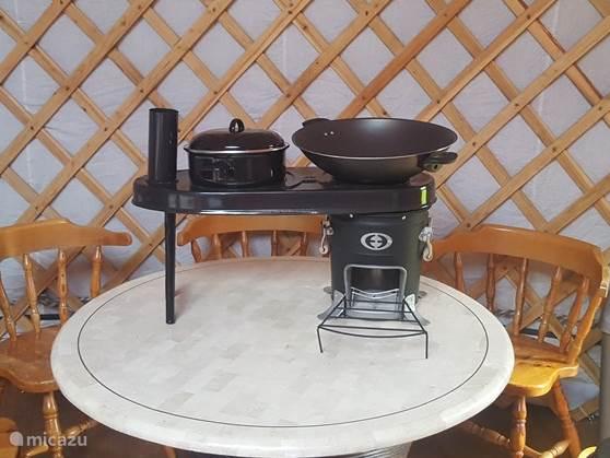 Rocket Stove om uw maaltje te koken of met het opzetstuk ook zeer geschikt als BBQ