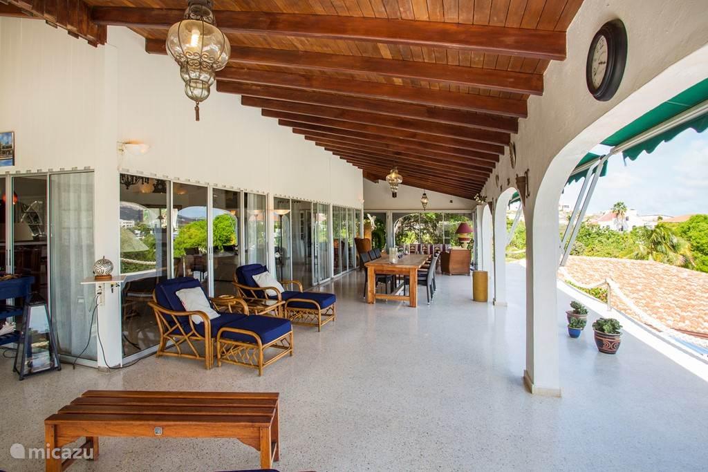 Het ruim bemeten en overdekte balkon aan de voorzijde van deze villa.