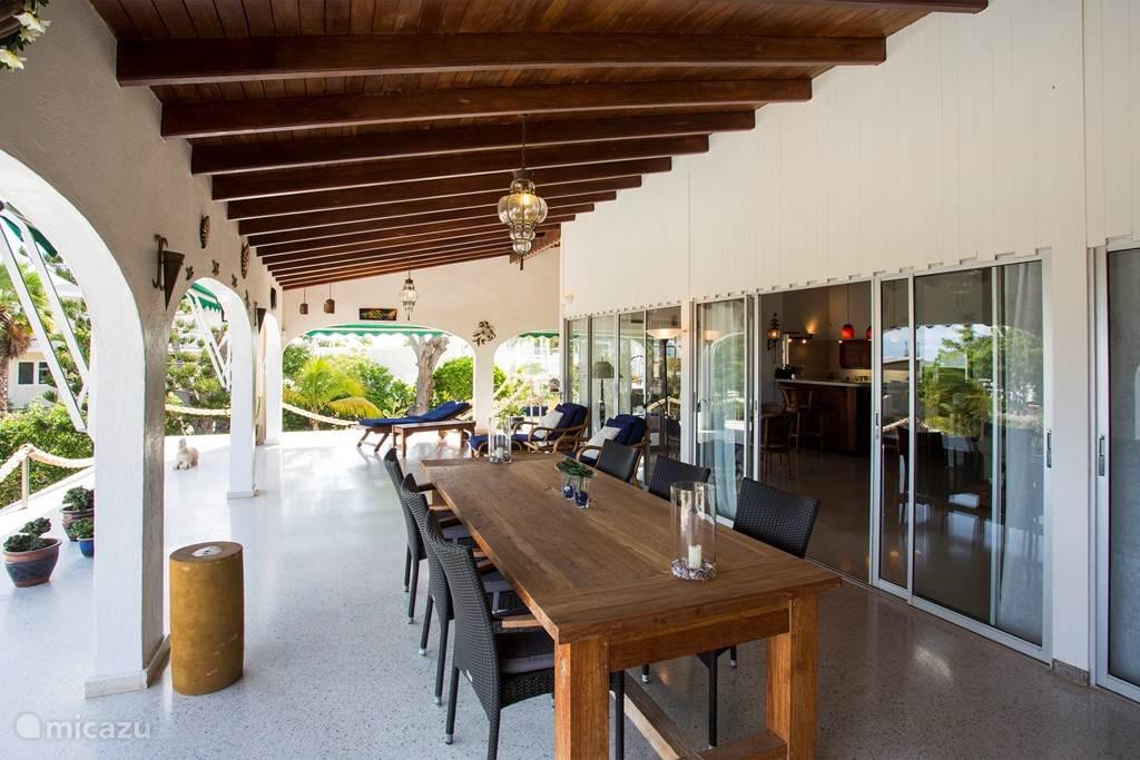 Op het balkon kan gedineerd worden terwijl u geniet van de ondergaande zon.