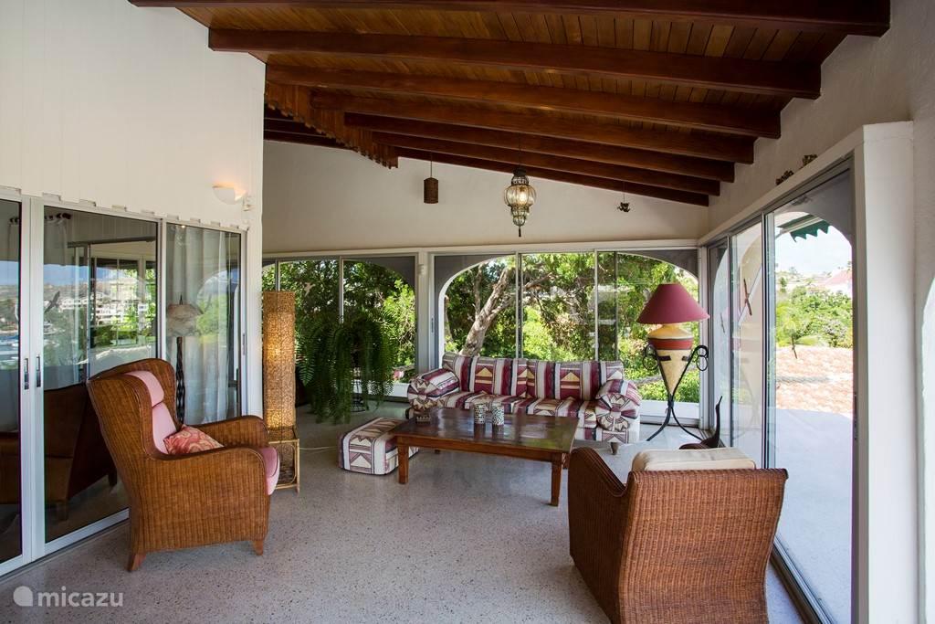 De lounge area van het balkon. De glazen wanden kunnen de wind buiten houden.