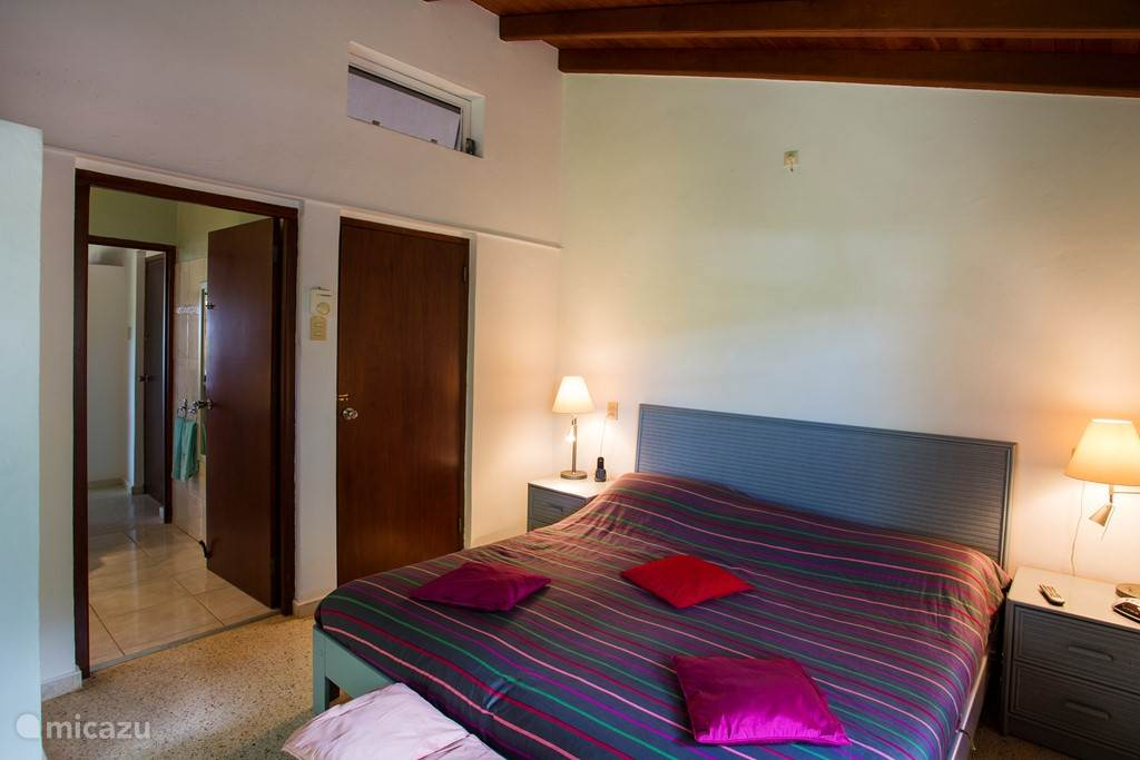 Twee persoons slaapkamer 1 met a/c, plafond fan en prive badkamer.