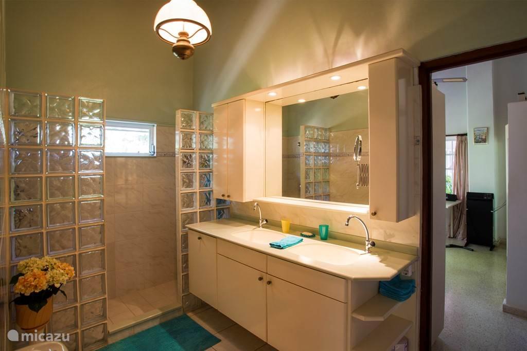 Prive badkamer bij slaapkamer 1.