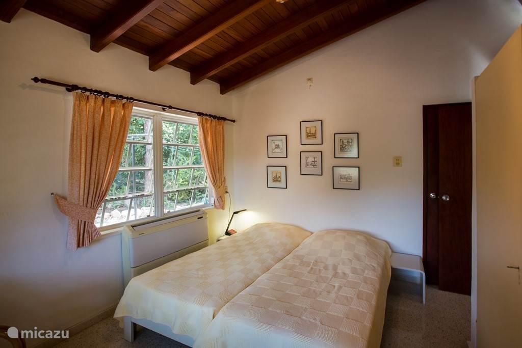 Twee persoons slaapkamer 2 met a/c en prive badkamer.