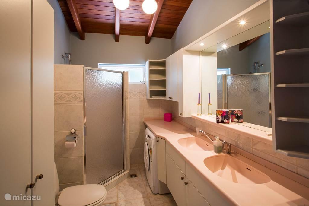 Prive badkamer bij slaapkamer 2.