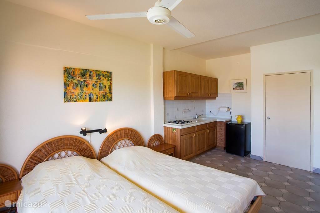 Twee persoons slaapkamer 3 met a/c, plafond fan en prive badkamer.