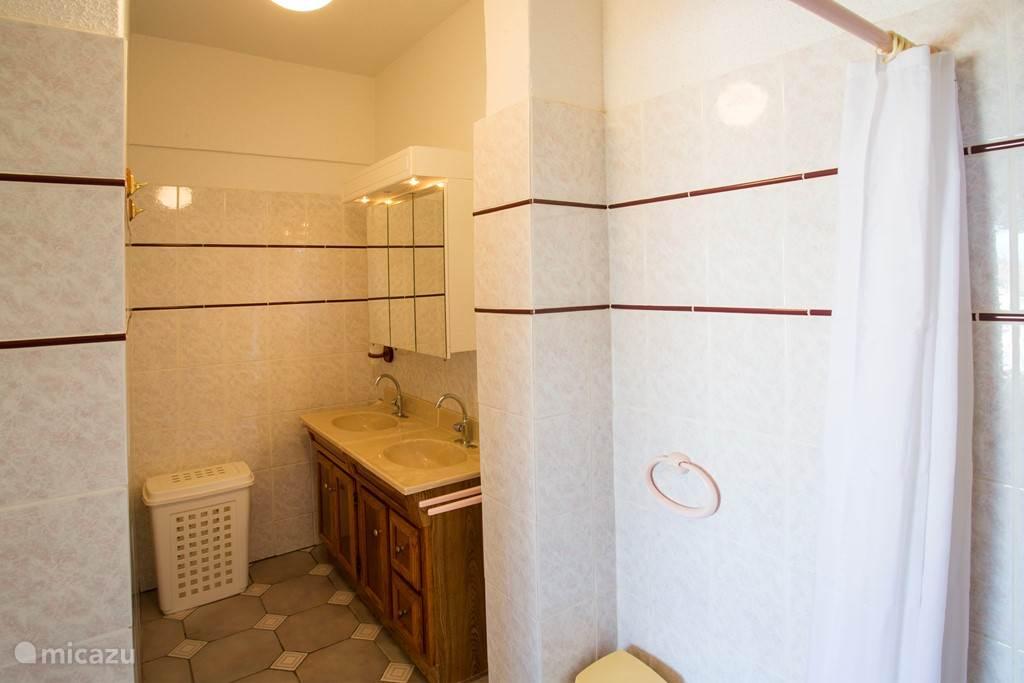 Prive badkamer in het appartement.