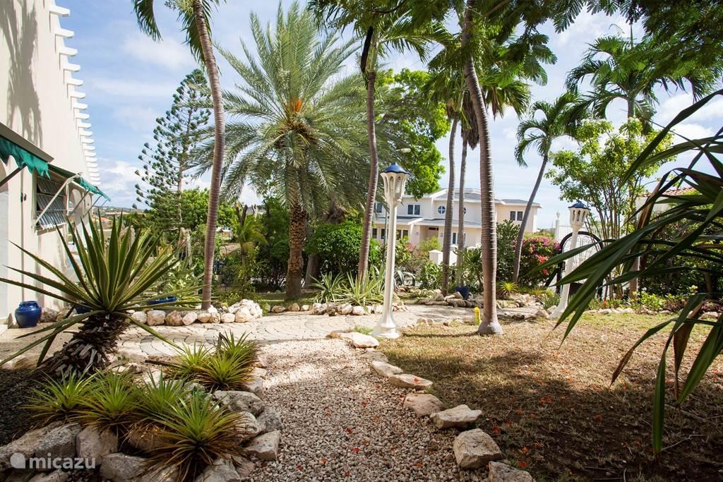De villa is omringd door een mooie tropische tuin.