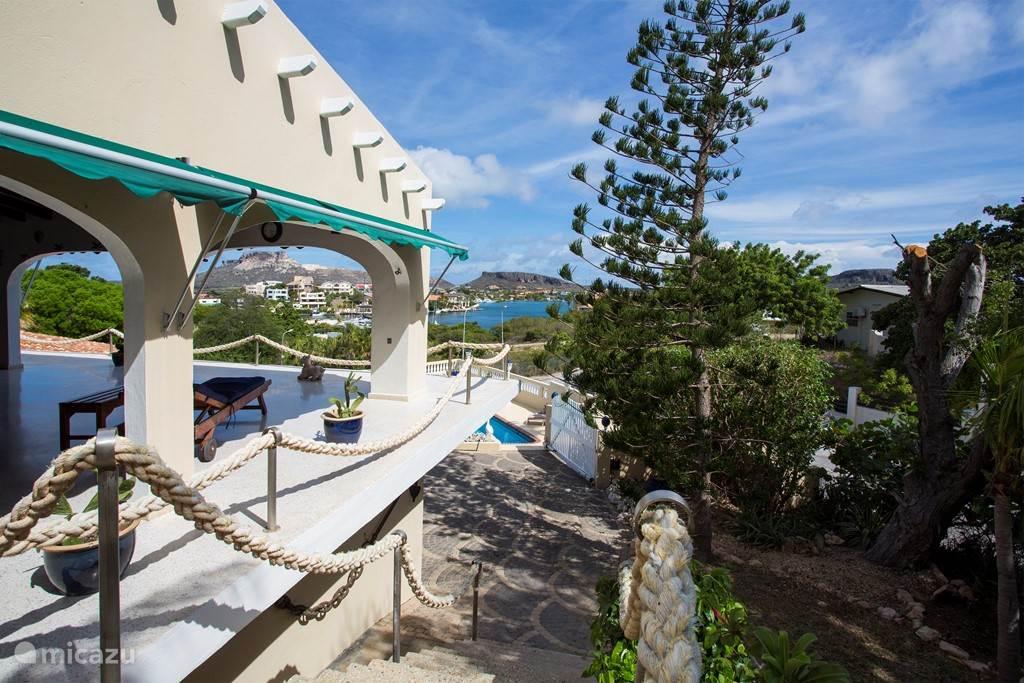 Uitzicht vanaf de trap aan de zijkant van het balkon met uitzicht over het Spaanse water.