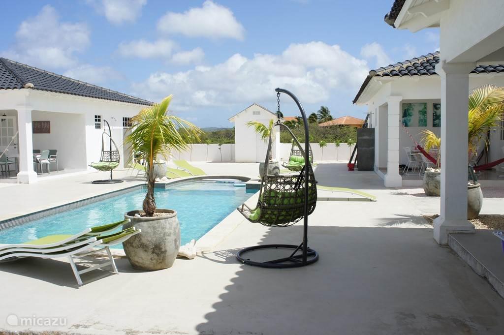 Luxe villa met mineraal zwembad in hato bonaire huren for Luxe villa met zwembad