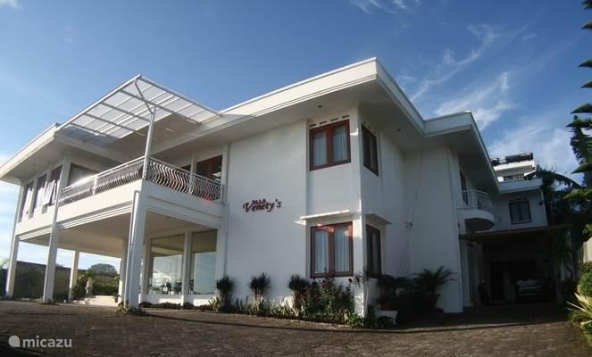 De Villa heeft uitzicht op de bergen, de vallei en groentetuinen.
